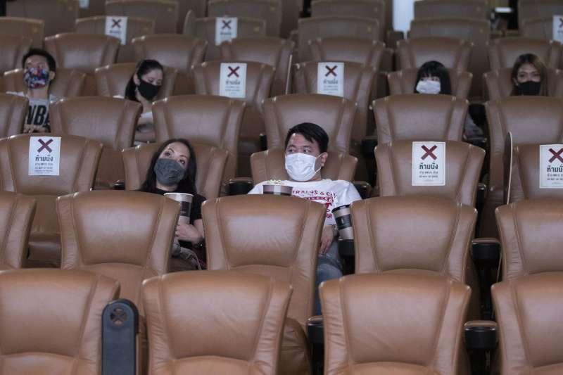 泰國6月1日開放電影院營業,消費者遵守規定配戴口罩並維持社交距離。(美聯社)