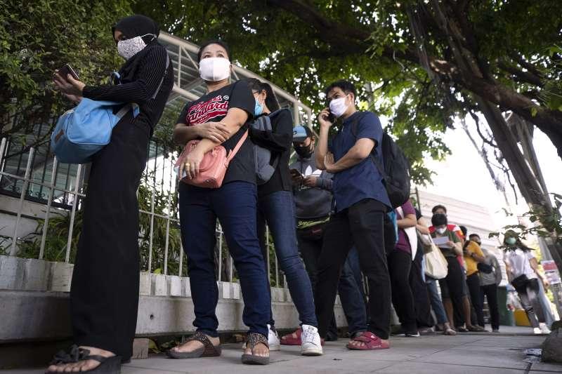 泰國民眾在社會保險辦公室外排隊申請失業救濟金。(美聯社)