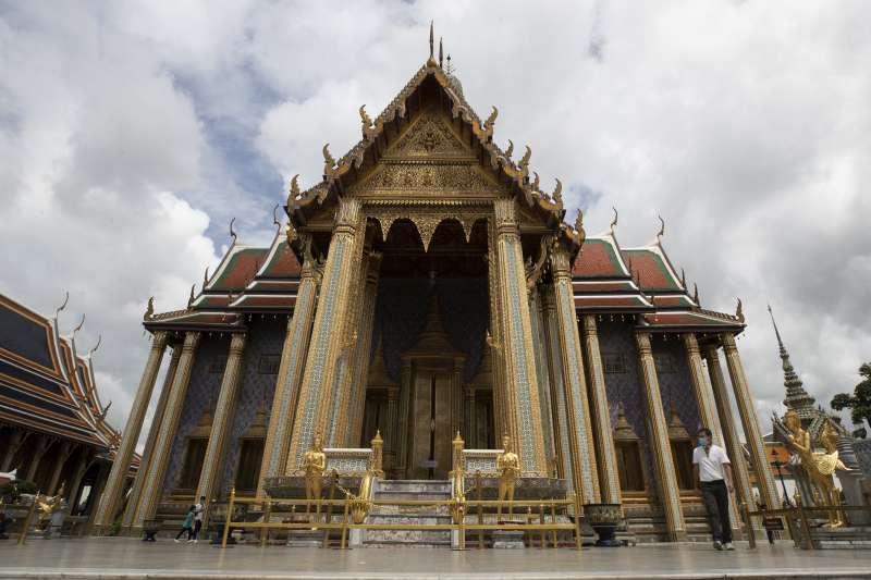泰國疫情趨緩,政府逐漸開放封鎖限制,例如曼谷大皇宮玉佛寺便恢復參觀。(美聯社)