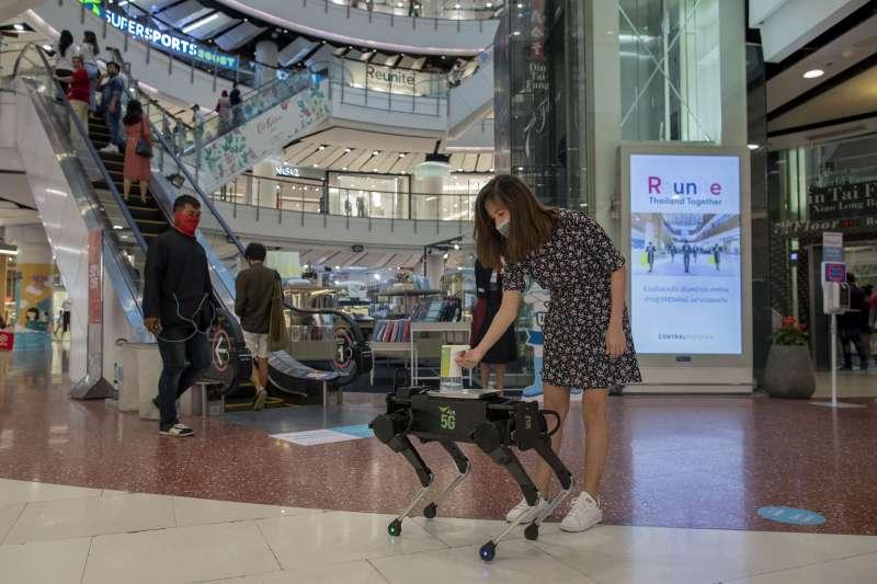 泰國購物商場重新開放營業,一名消費者正在消毒手。(美聯社)