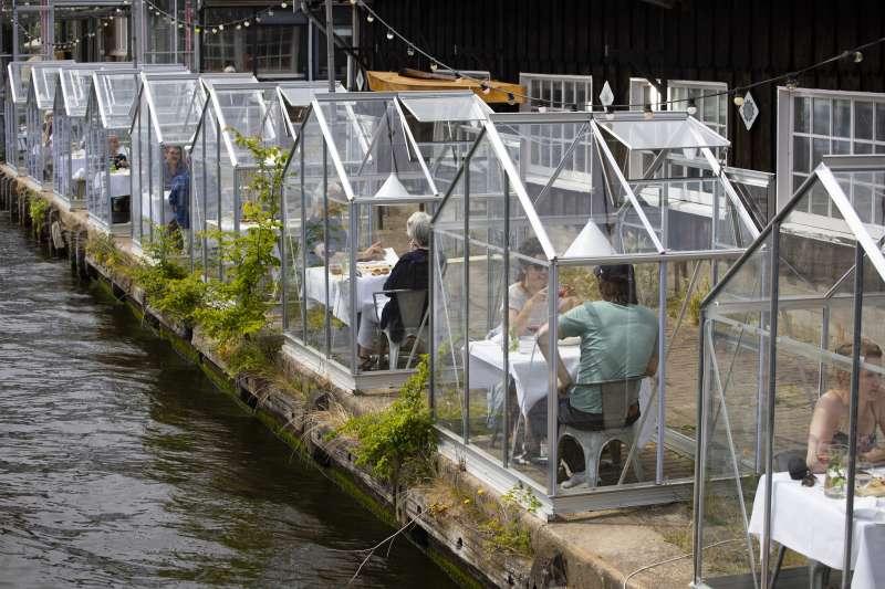 隨著歐洲新冠肺炎疫情趨緩,各國漸次放鬆封鎖措施,荷蘭餐廳也重新營業。(AP)