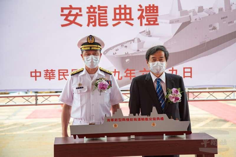 海軍新型兩棲船塢運輸艦今(9)日上午舉行安放龍骨典禮,海軍表示,此艦去年5月開工,預計2022年4月交艦。(取自軍聞社)