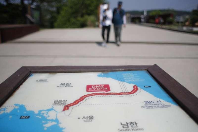 南北韓邊境的一張地圖,用紅色清楚標明了兩韓之間的非軍事區。(美聯社)