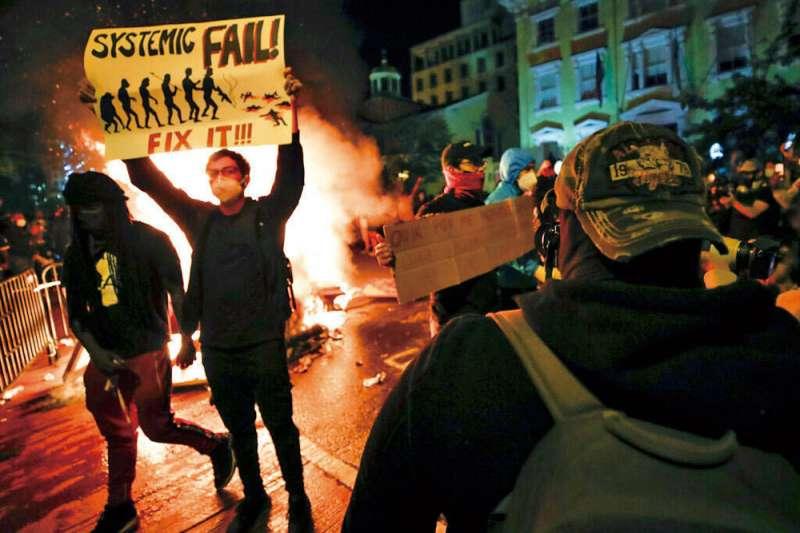 疫情加劇了社會的不平等,基層人員受害最大,這些不滿都是爆發暴動的因素。(美聯社)