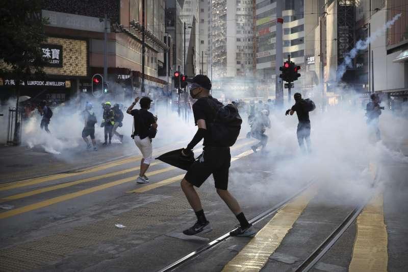 數次嚴重的警民衝突後,越來越多抗爭者轉變為衝第一線的勇武派。(美聯社)