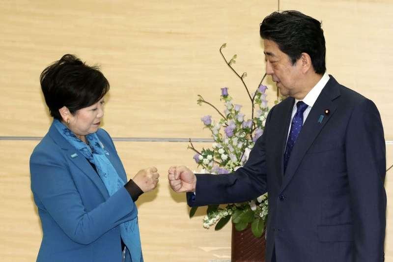 東京都知事小池百合子與日本首相安倍晉三。(美聯社)