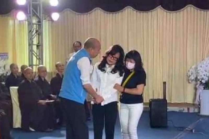 高雄市議長許崑源之妻林絲娛(中)在旁人的協助下進入靈堂。(資料照,高雄市政府提供)