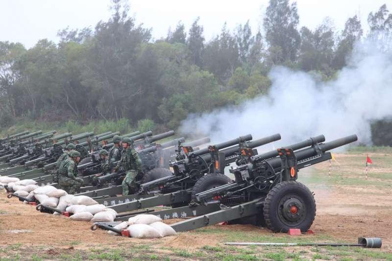 20200610-105公厘榴砲不僅是禮砲連的軍旅利器,更是基層砲兵部隊的殲敵利器。除禮砲連在520嶄露頭角外,位於外島的陸軍金防部砲兵營,日前也執行「原級校正」實彈射擊,獲得火砲初速參數、提升射擊精度,凸顯該砲同時亦戮力於戰訓本務上。(取自青年日報)