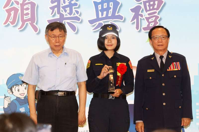 20200610-台北市長柯文哲(圖左)親出席「金吾獎」頒獎典禮,表揚40位年度得獎人和9位模範警察。警察局長陳嘉昌(圖右)。(蘇仲泓攝)