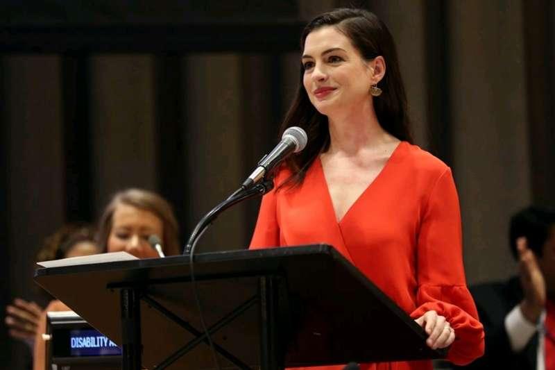 從《麻雀變公主》、《穿著Prada的惡魔》到《摩登情愛》,安海瑟薇(Anne Hathaway)自然不做作的演技始終讓大家難忘。(圖/取自IMDb)
