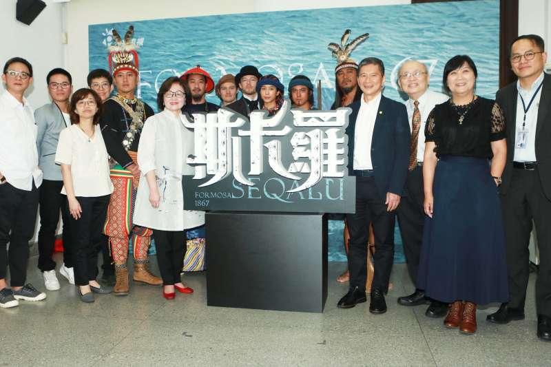 公視史詩旗艦戲劇《斯卡羅》11日舉辦定名記者會。左起依序為導演曹瑞原、公視董事舒米恩及公視執行。(公視提供)