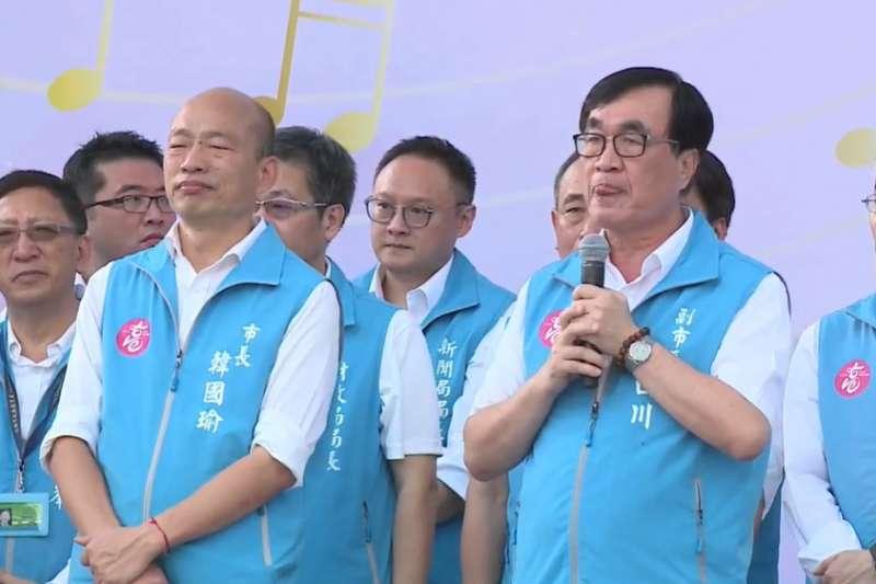 將卸任的副市長李四川(右)致詞時,強調自己認真工作,卻被高雄市民開除了,質問「這些人是我們的高雄鄉親嗎?你們投票時不會心虛嗎?」(取自韓國瑜粉絲專頁)
