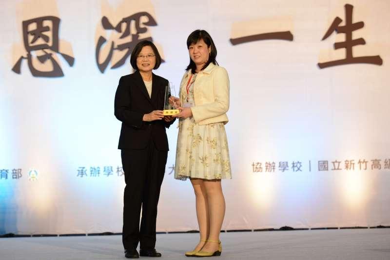 楊小梅曾獲得教育界最高榮譽「師鐸獎」,由蔡英文總統頒獎(圖/翻攝自教育部網站)