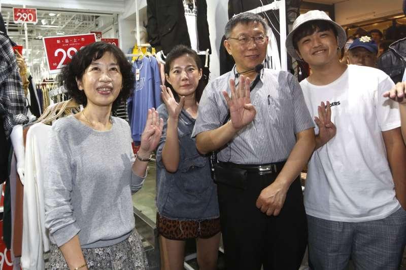 陳佩琪(左一)在臉書發文「逆時中」,引發論戰。(郭晉瑋攝)