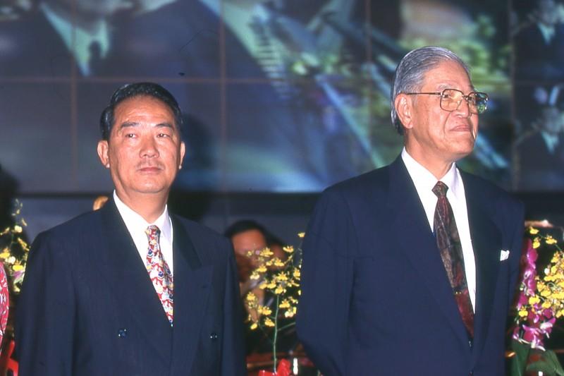 在政壇中,李登輝(右)和宋楚瑜(左)可說是情同父子。(新新聞資料照)