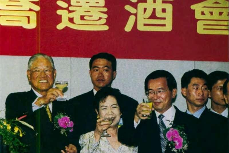 李登輝(左)在陳水扁(右三)接任總統後,和他保持不錯的關係。(新新聞資料照)