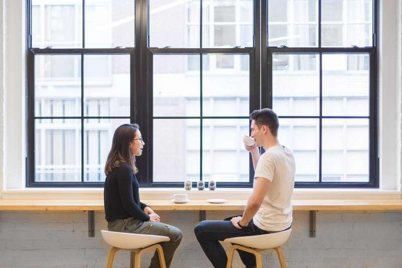 主管與下屬進行一對一面談時,除了點飲品,一同享用甜點可緩解面談的嚴肅氣氛。(圖/StockSnap@pixabay)