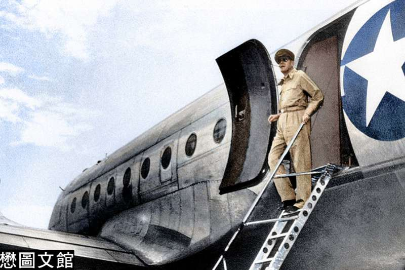 麥克阿帥將軍即搭乘專機飛抵日本神奈川縣厚木基地,還是他神氣十足的裝扮,戴著墨鏡,嘴巴叼著煙斗。(圖/徐宗懋圖文館提供)