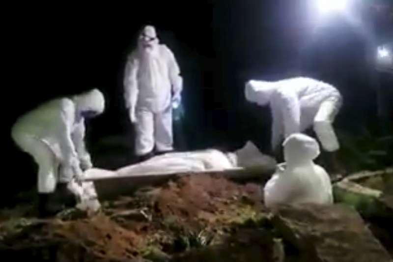 葉門新冠肺炎疫情攀升,美聯社拍到工人連夜挖掘墳墓、下葬疑似因肺炎而死的死者。(AP)