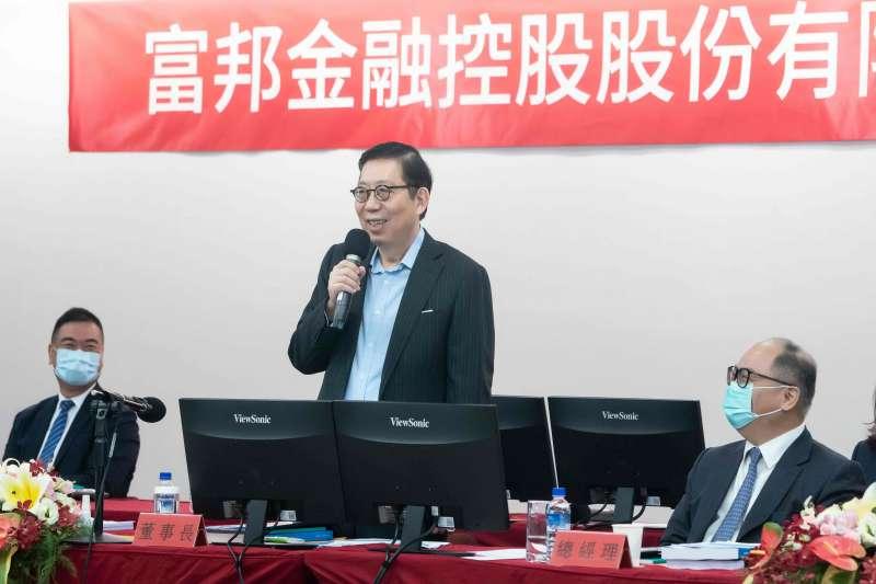 富邦金控董事長蔡明興(站立者)表示,未來將借重獨董專業素養協助富邦金控持續強化公司治理。(圖/富邦金控提供)
