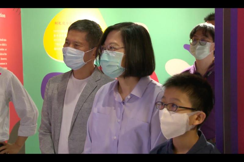 總統蔡英文參觀國家人權博物館「我是兒童,我有權利」特展,表示值得每個台灣人都來走走看看。(總統府提供)