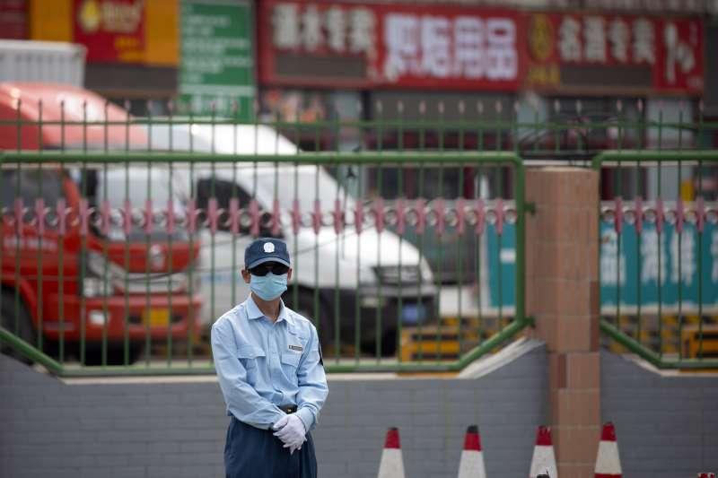中國北京新冠肺炎疫情近期突然升溫,醫師提醒台灣應該開始提高警戒,因為「中國第二波病毒攻擊來了!」示意圖。(資料照,美聯社)