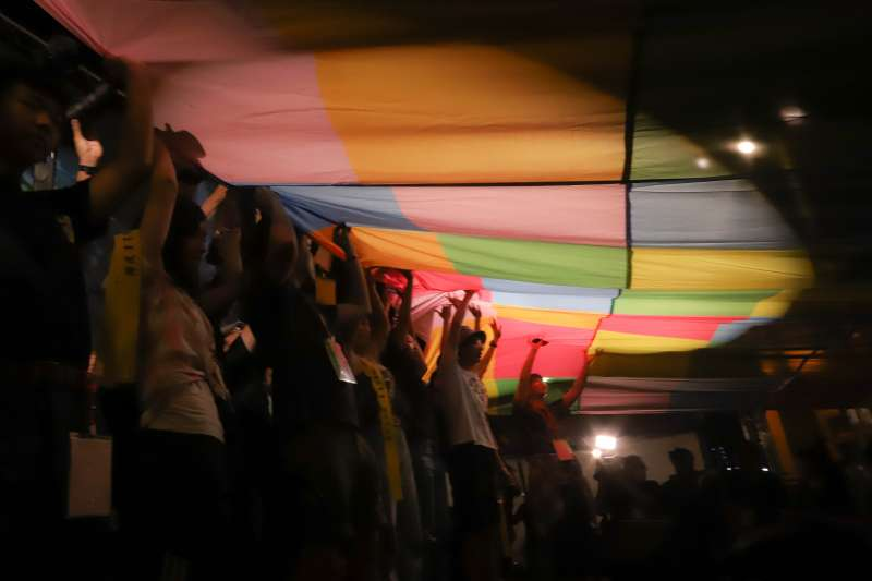 20200613-「抗爭未完,台港同行」反送中一週年晚會活動,晚會最後發起點亮連儂旗活動。(陳品佑攝)