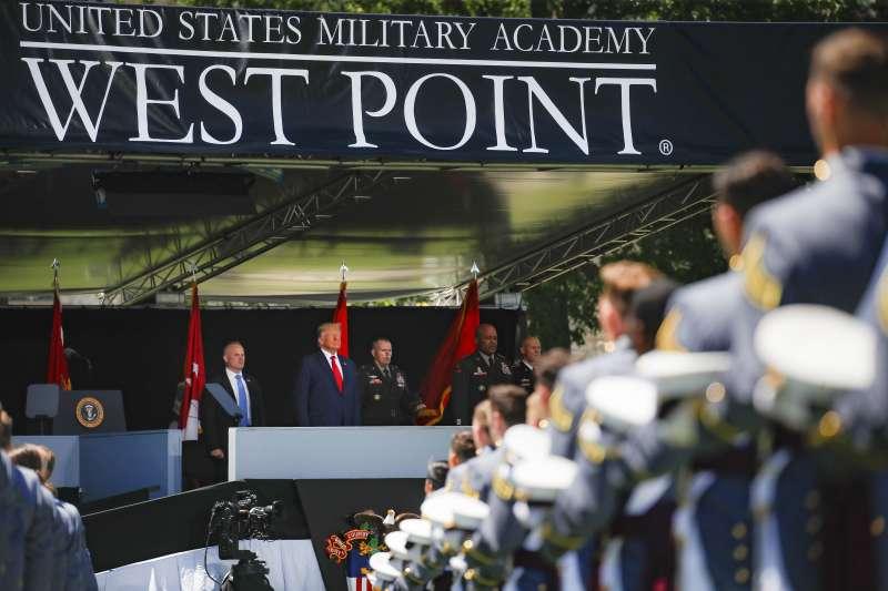 美國總統川普在西點軍校畢業典禮上致詞(AP)