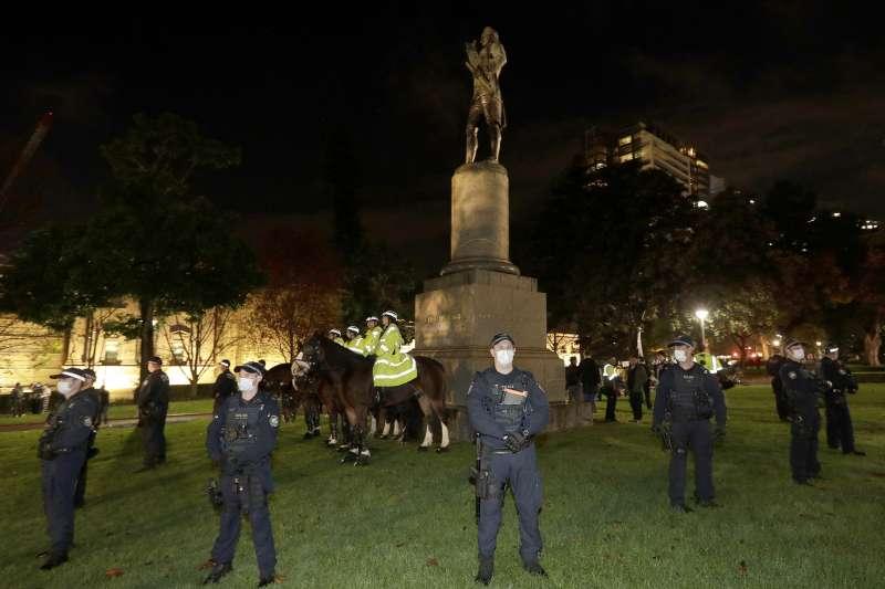 澳洲雪梨警方看守庫克船長雕像(AP)