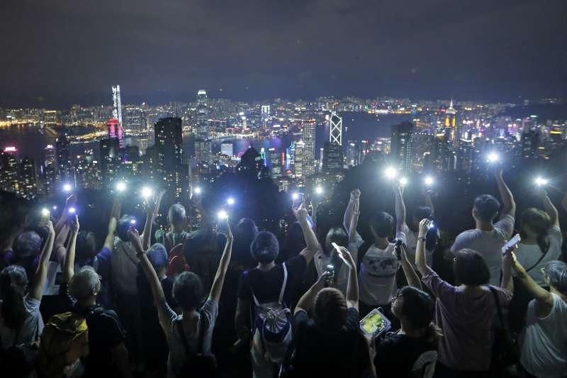 香港反送中抗爭一週年:2019年9月13日,香港民眾於中秋節當天在獅子山築起人鏈(AP)