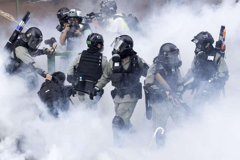 香港反送中抗爭一週年:2019年11月18日,香港警方施放大量催淚彈,理工大學內的示威者遭圍困(AP)