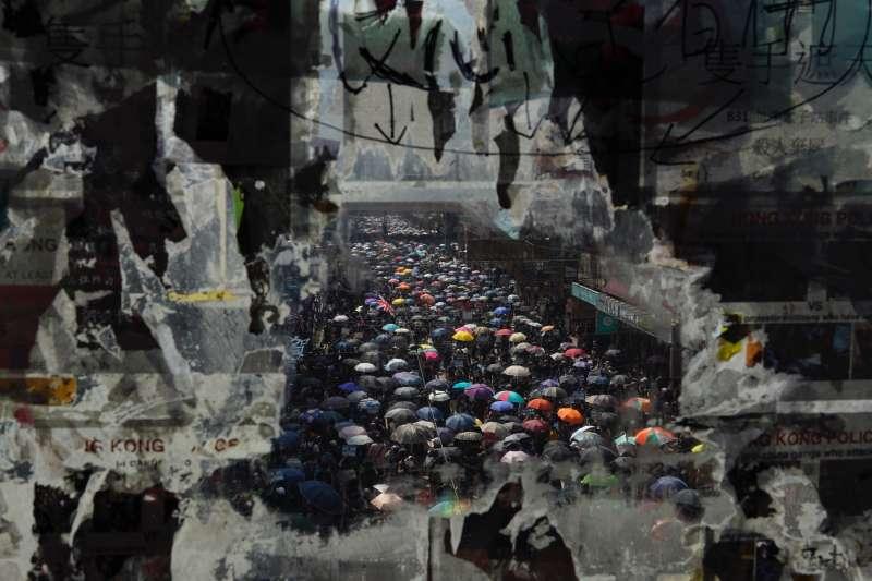 香港反送中抗爭一週年:2019年10月1日,中國歡度70周年國慶當天,香港人在雨中走上街頭(AP)