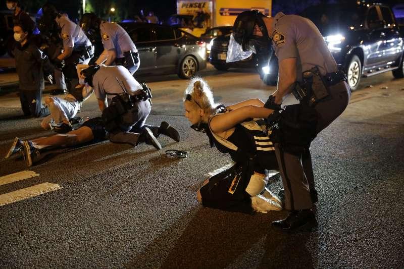 2020年6月13日, 美國喬治亞州亞特蘭大黑人青年布魯克斯(Rayshard Brooks)遭警方槍殺案引發大規模示威抗議(AP)