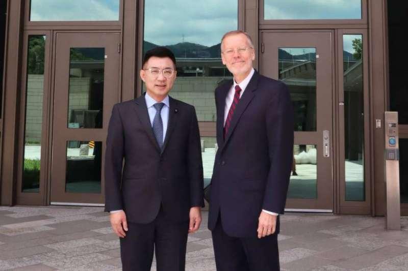 國民黨主席江啟臣(左)15日與美國在台協會(AIT)台北辦事處處長酈英傑(右)會面,綠營表示,AIT曾對國民黨堅決保釣批日的態度表示關切。(國民黨文傳會提供)
