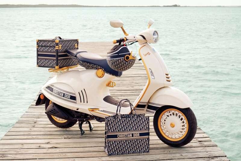 Vespa 攜手 Dior,打造出獨一無二的 Vespa 946 Christian Dior 特仕版車款(圖 / 太古運通提供)