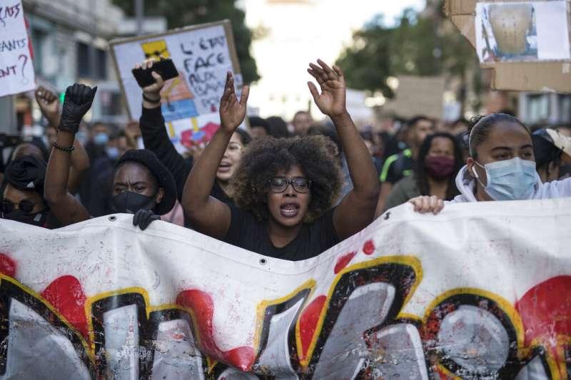 數以萬計的法國民眾走上街頭,抗議種族歧視與警察暴力。警方則對蒙面的示威者施放催淚瓦斯,試圖驅散抗議群眾。(美聯社)