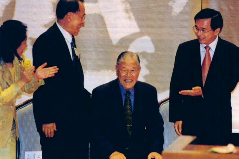 李登輝(右二)擔任總統12年,所累積的人脈網絡極為警人。(新新聞資料照)