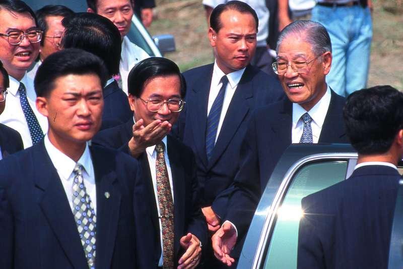 民進黨人士認為李登輝(前排右一)對陳水扁(前排中)的態度「應該」會謹守分寸。(新新聞資料照)