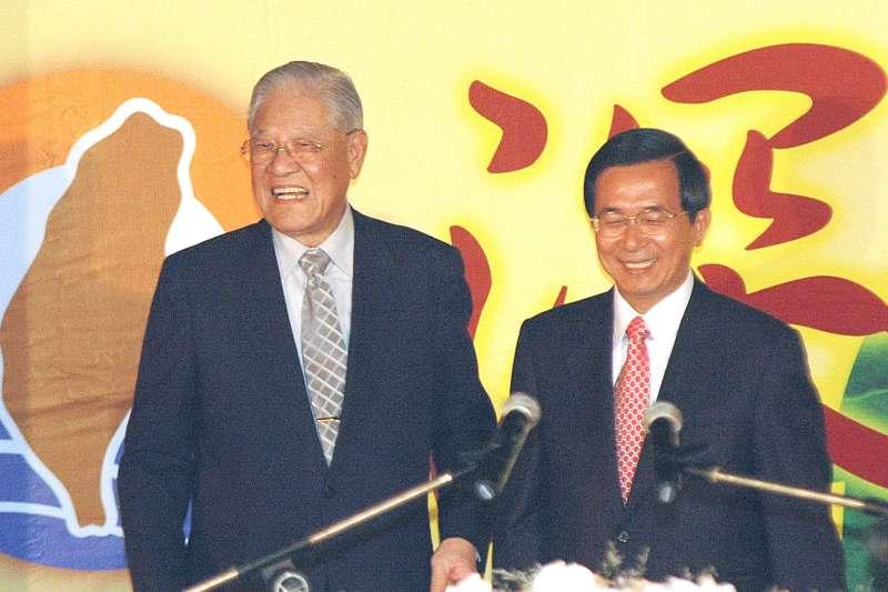 阿扁(右)挾劉泰英以牽制李登輝(左),又可以順勢掌金脈,一兼二顧。 (新新聞資料照)