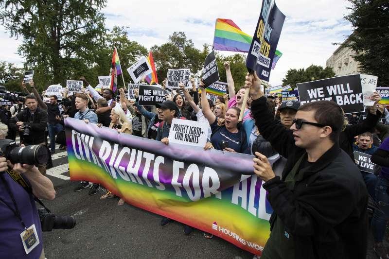 2020年6月15日,美國聯邦最高法院以6比3判決保障LGBT族群免於就業歧視(AP)