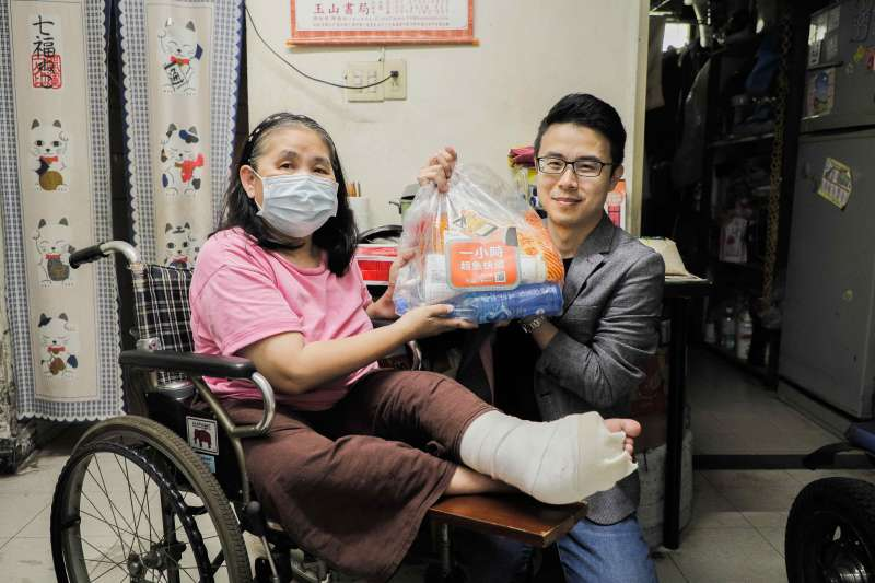 Lalamove台灣負責人丁彥宇與社工一同拜訪受扶家庭,贈予端午物資與關懷。(圖/Lalamove提供)