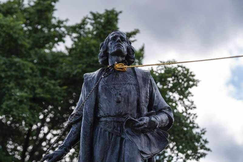 反種族主義掀起拆銅像浪潮:發現新大陸的哥倫布銅像也成為推倒對象,圖為明尼蘇達州的哥倫布雕像被套上繩子要被拉倒(AP)