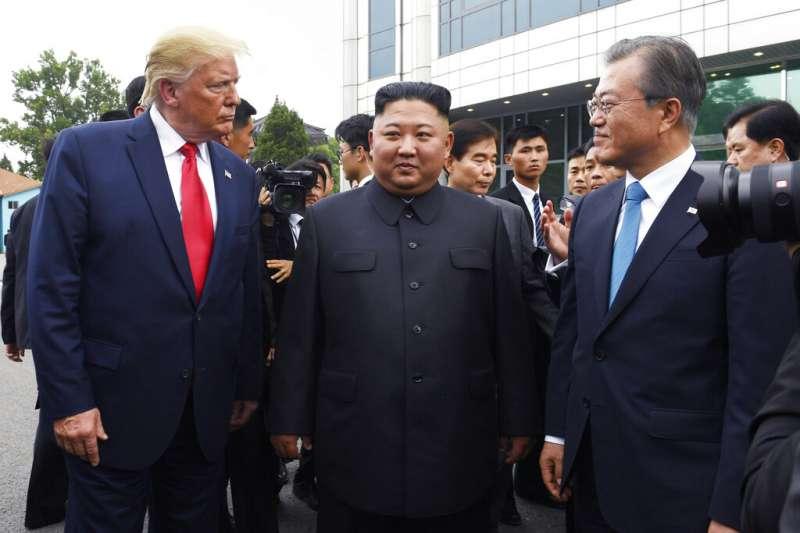 2019年6月30日,美國總統川普、北韓領導人金正恩、南韓總統文在寅於板門店聚首,當時朝鮮半島瀰漫一股和平氛圍,如今卻消失殆盡。(美聯社)