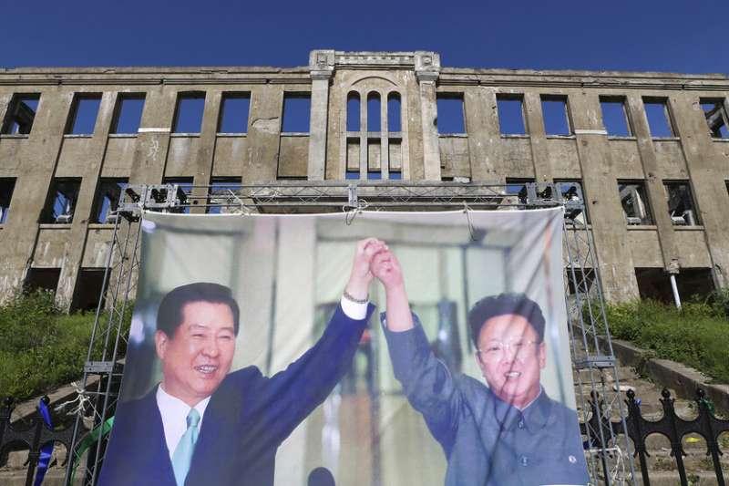 時任南韓總統的金大中與時任北韓領導人的金正日曾在2000年6月舉行南北韓峰會,並且聯合發表和平宣言。(美聯社)