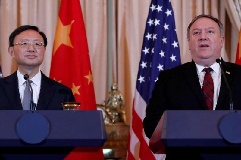 圖為美國國務卿龐畢歐(右)及中國政治局委員楊潔篪。(資料照,美國之音)