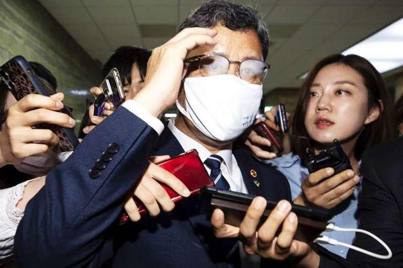南韓統一部長金鍊鐵16日遭到記者包圍提問。(圖/美聯社)