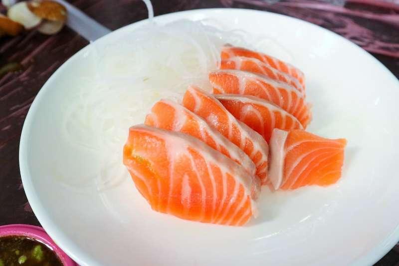 鮭魚生魚片。(圖/pixabay)