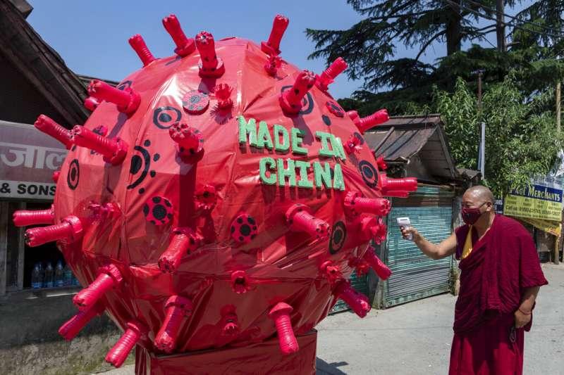 由於環境受到破壞,全球未來恐怕會有更多類似武漢肺炎的疫情出現,圖為新冠病毒裝置藝術上寫著「中國製造」。(美聯社)