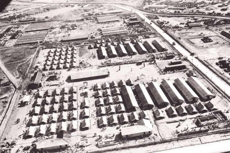 作者推薦中國作家于勁的新作,真實記錄韓戰時期的狀況。圖為巨濟島戰俘營航拍圖。(作者常成提供,取自百度百科)