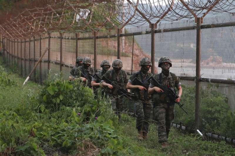 2020年6月16日,正在南韓延坪島巡邏的海軍陸戰隊們。北韓當天下午炸毀了南北韓聯絡辦公室,對華盛頓和首爾施加了莫大壓力。(美聯社)